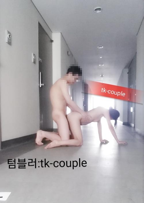 ホテルの廊下でセックスしてるカップルがいた 9