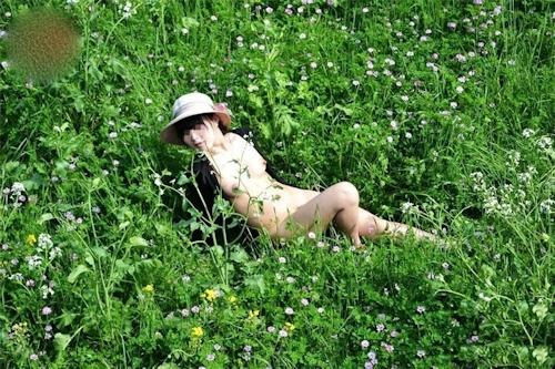 草原や山中で撮影した素人美少女の野外露出ヌード画像 3