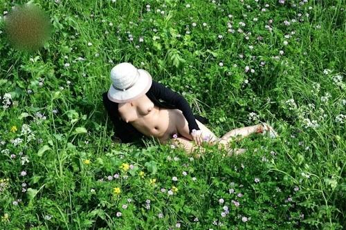 草原や山中で撮影した素人美少女の野外露出ヌード画像 4