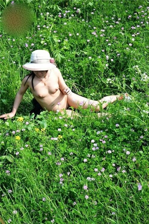 草原や山中で撮影した素人美少女の野外露出ヌード画像 8
