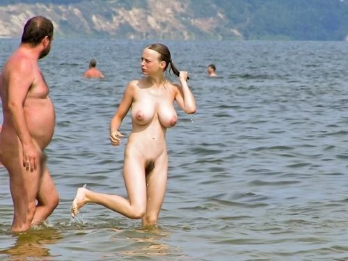 ヌーディストビーチにいた爆乳美少女のヌード画像 5
