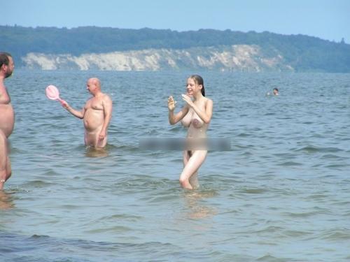 ヌーディストビーチにいた爆乳美少女のヌード画像 7