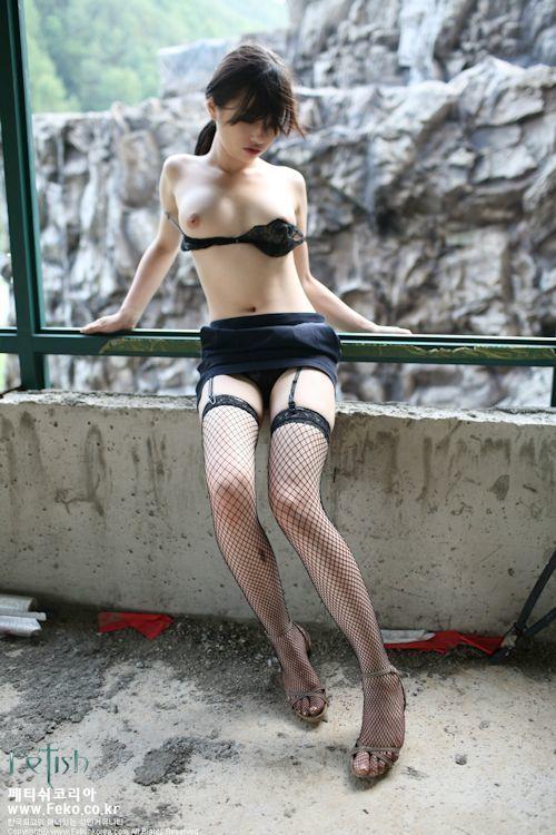 韓国の美女モデルを廃墟で撮影したヌード画像 3