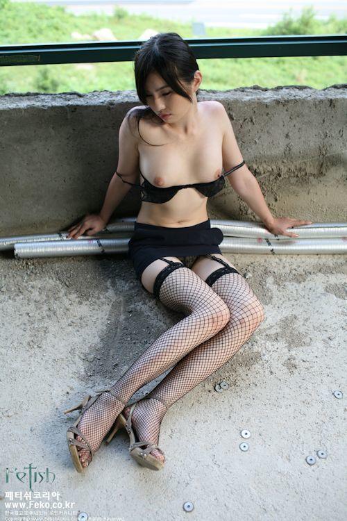 韓国の美女モデルを廃墟で撮影したヌード画像 7
