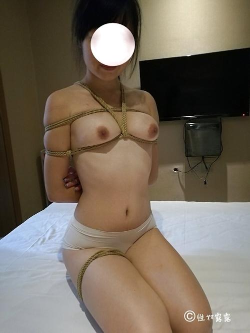性奴隷の素人女性を緊縛&調教してるヌード画像 3