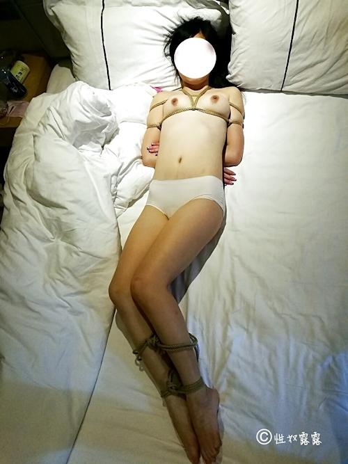 性奴隷の素人女性を緊縛&調教してるヌード画像 9