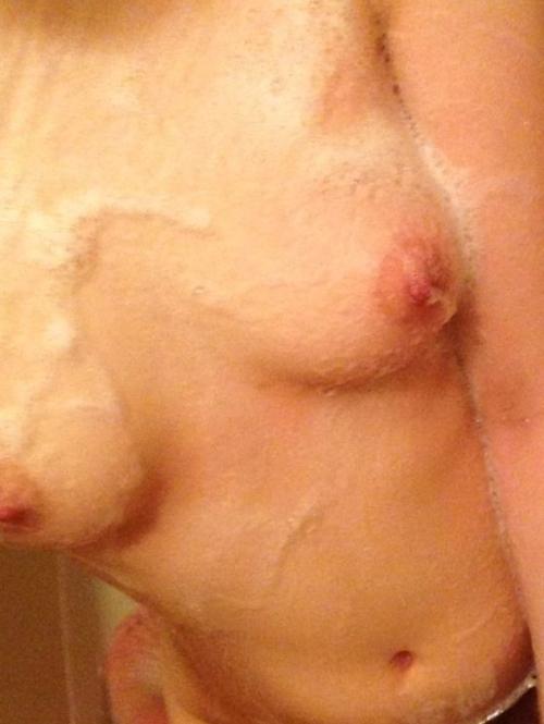 Bカップ美微乳な素人女性の自分撮りヌード画像 3