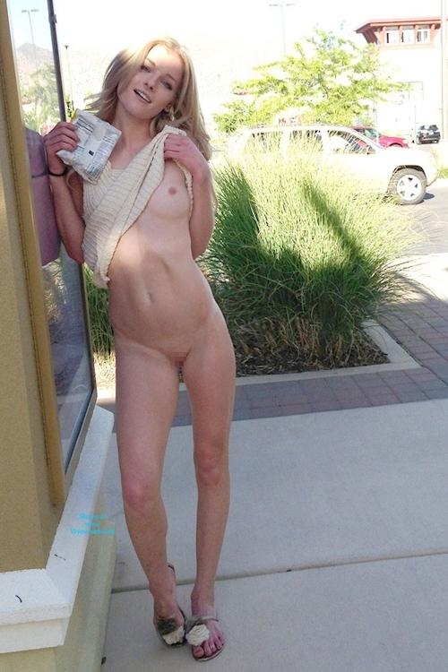 金髪美女がスーパーや街中でマ○コ露出してる画像 5