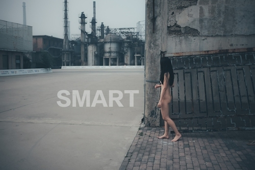 美乳な中国の素人女性が工場で野外露出してるヌード画像 7