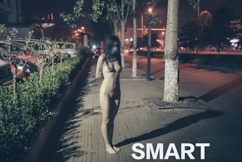美乳な中国の素人女性が工場で野外露出してるヌード画像 13