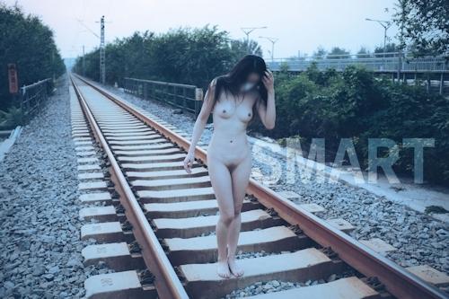 美乳な中国の素人女性が工場で野外露出してるヌード画像 18