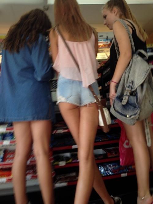 買い物中の西洋美女のホットパンツが尻に食い込んでる画像 1