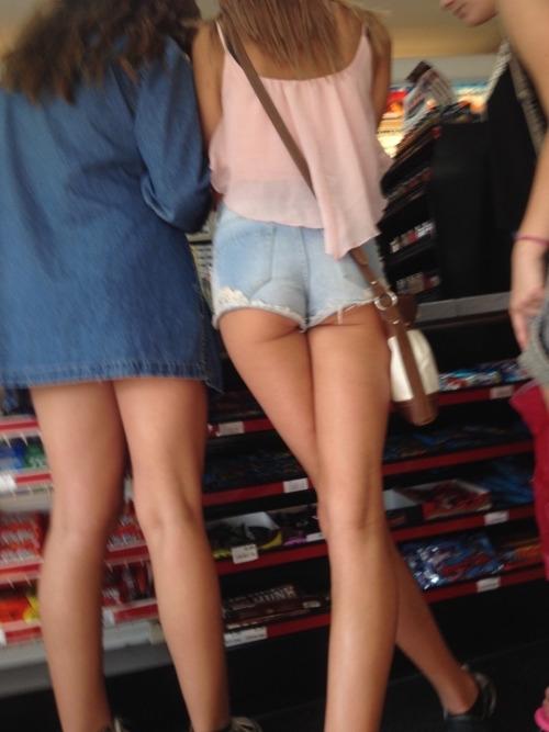 買い物中の西洋美女のホットパンツが尻に食い込んでる画像 2