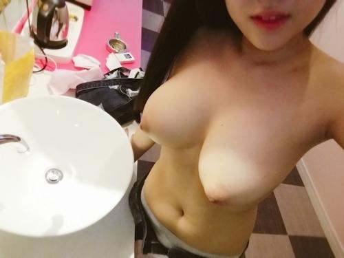巨乳な韓国の素人少女が自分撮りしたヌード画像 3