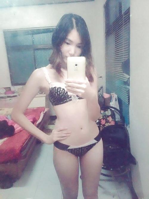 スレンダー微乳なアジア系素人美少女の自分撮りヌード画像 2