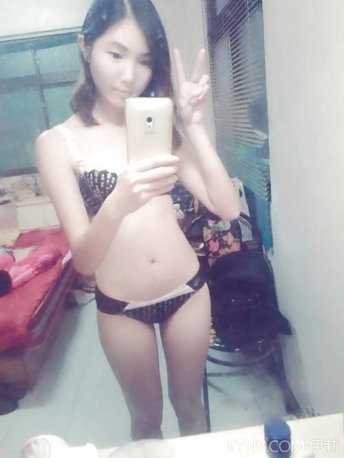スレンダー微乳なアジア系素人美少女の自分撮りヌード画像 3