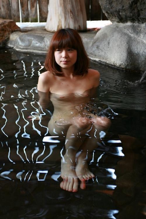 温泉で撮影した素人美女のヌード画像  1