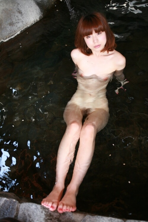 温泉で撮影した素人美女のヌード画像  2