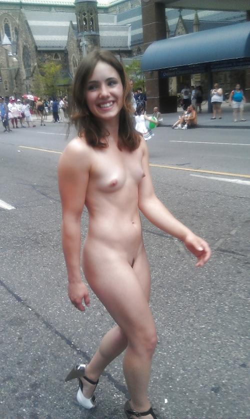 トロントのLGBTパレードに全裸で参加していた女性のヌード画像 1
