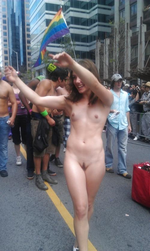 トロントのLGBTパレードに全裸で参加していた女性のヌード画像 8