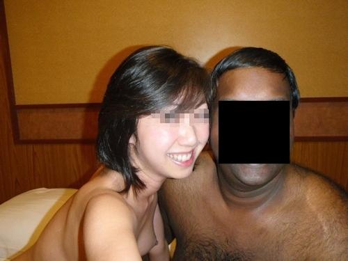 外国人男性と乱交プレイをしてる日本の素人女性のセックス画像 5