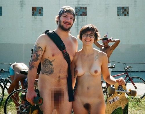 全裸で自転車に乗るイベント「Naked Bike Ride(ネイキッド・バイク・ライド)」に全裸で参加してる美女のヌード画像 1