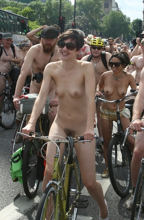 全裸で自転車に乗るイベント「Naked Bike Ride(ネイキッド・バイク・ライド)」に全裸で参加してる美女のヌード画像 2
