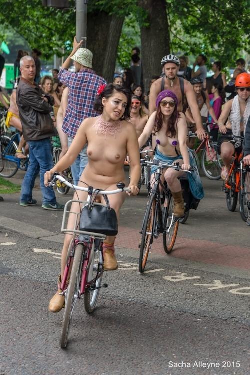 全裸で自転車に乗るイベント「Naked Bike Ride(ネイキッド・バイク・ライド)」に全裸で参加してる美女のヌード画像 11