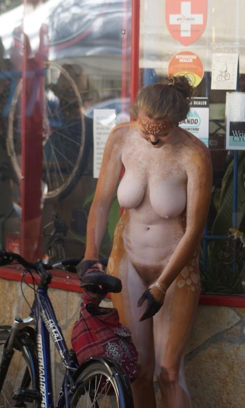 全裸で自転車に乗るイベント「Naked Bike Ride(ネイキッド・バイク・ライド)」に全裸で参加してる美女のヌード画像 15