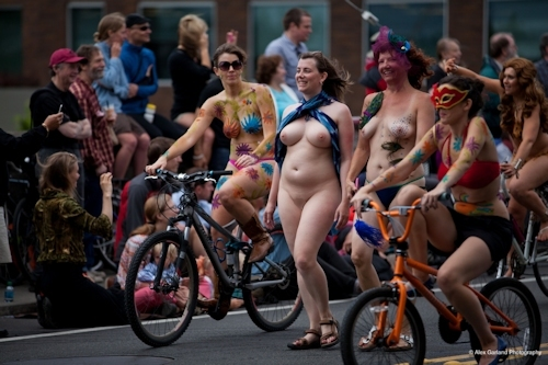 全裸で自転車に乗るイベント「Naked Bike Ride(ネイキッド・バイク・ライド)」に全裸で参加してる美女のヌード画像 16