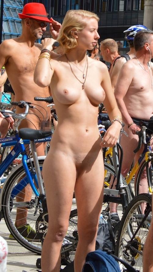 全裸で自転車に乗るイベント「Naked Bike Ride(ネイキッド・バイク・ライド)」に全裸で参加してる美女のヌード画像 26