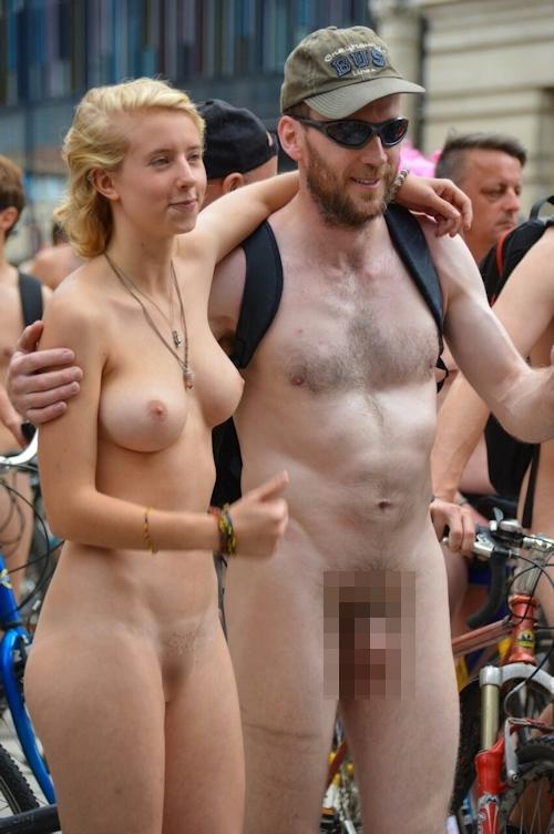 全裸で自転車に乗るイベント「Naked Bike Ride(ネイキッド・バイク・ライド)」に全裸で参加してる美女のヌード画像 28