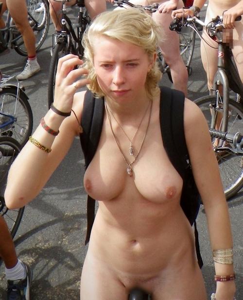 全裸で自転車に乗るイベント「Naked Bike Ride(ネイキッド・バイク・ライド)」に全裸で参加してる美女のヌード画像 29