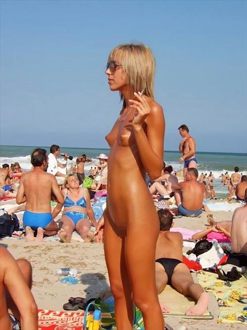 ヌーディストビーチにいた美女のヌード画像 17