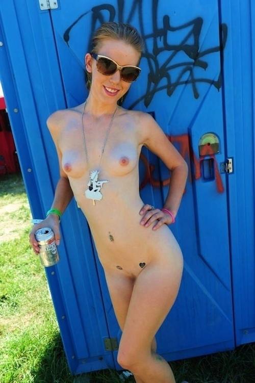 野外フェスで全裸になってる女性のヌード画像 4