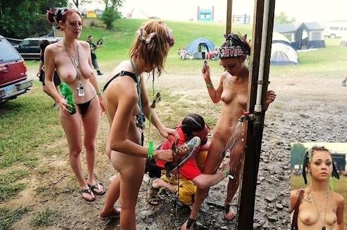 野外フェスで全裸になってる女性のヌード画像 7