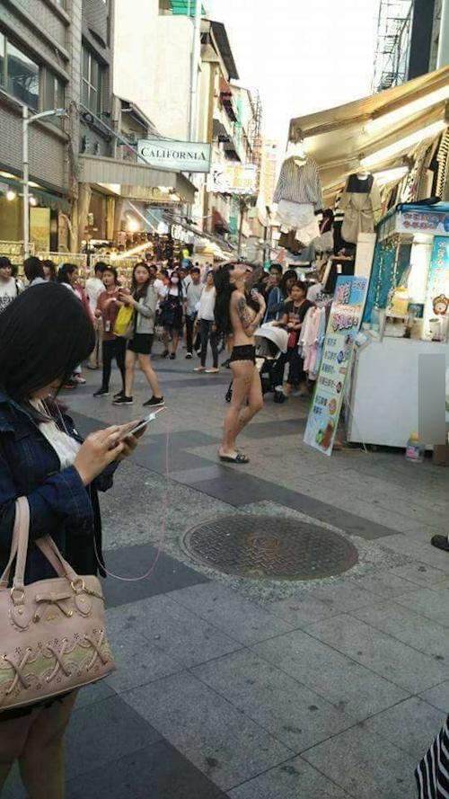 台湾・高雄の繁華街にパンツ1枚ほぼトップレスの美女 1