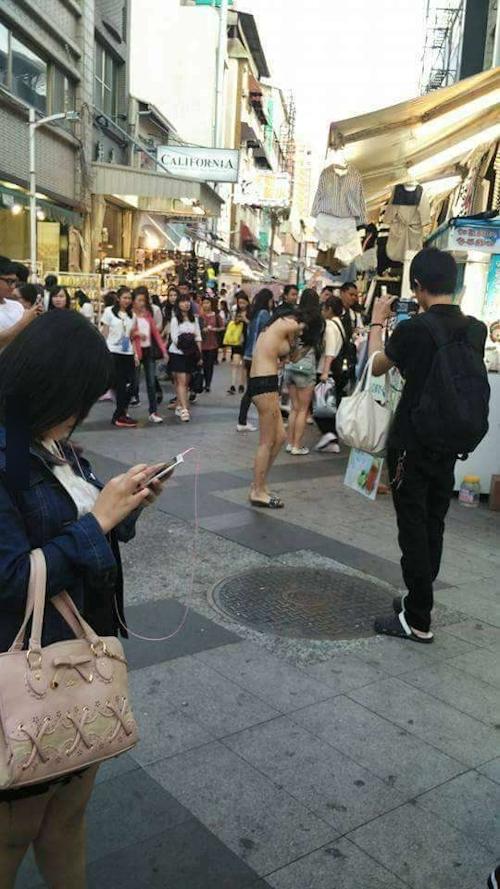 台湾・高雄の繁華街にパンツ1枚ほぼトップレスの美女 2