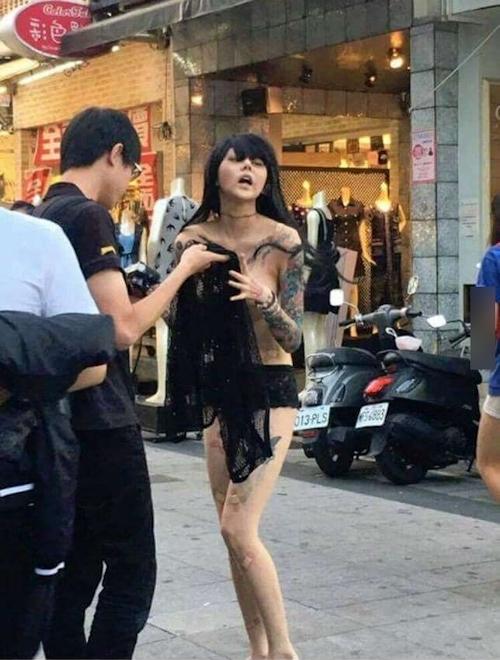 台湾・高雄の繁華街にパンツ1枚ほぼトップレスの美女 5