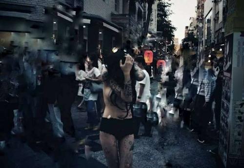 台湾・高雄の繁華街にパンツ1枚ほぼトップレスの美女 6
