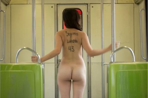メキシコで全裸になって抗議する若い女性のヌード画像 1