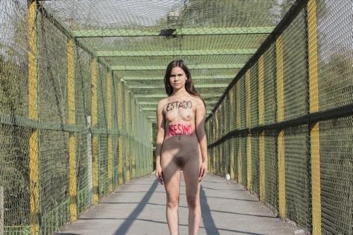 メキシコで全裸になって抗議する若い女性のヌード画像 3