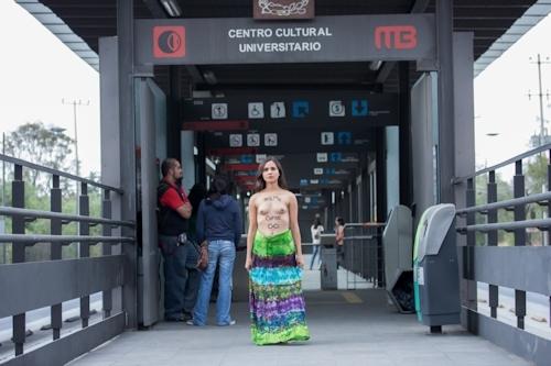 メキシコで全裸になって抗議する若い女性のヌード画像 4