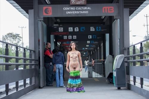 メキシコで全裸になって抗議する若い女性のヌード画像 6
