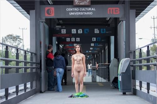 メキシコで全裸になって抗議する若い女性のヌード画像 7