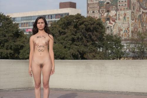 メキシコで全裸になって抗議する若い女性のヌード画像 9