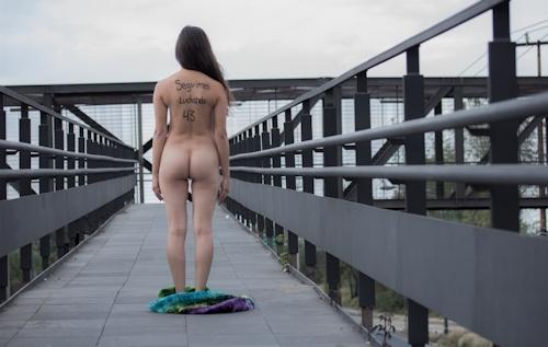 メキシコで全裸になって抗議する若い女性のヌード画像 12