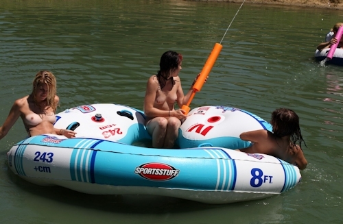 全裸で川遊びをしてる西洋少女のヌード画像 6