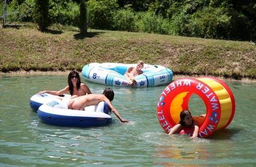 全裸で川遊びをしてる西洋少女のヌード画像 9