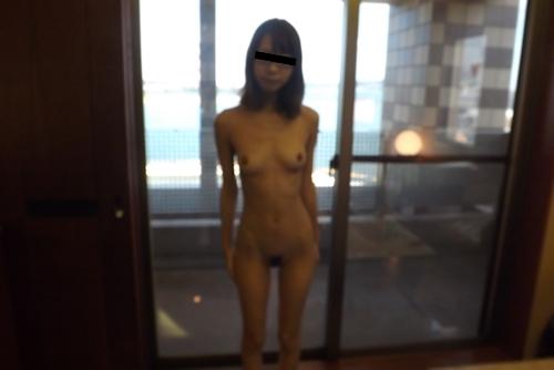 スレンダーなメガネ美女のヌード画像 5